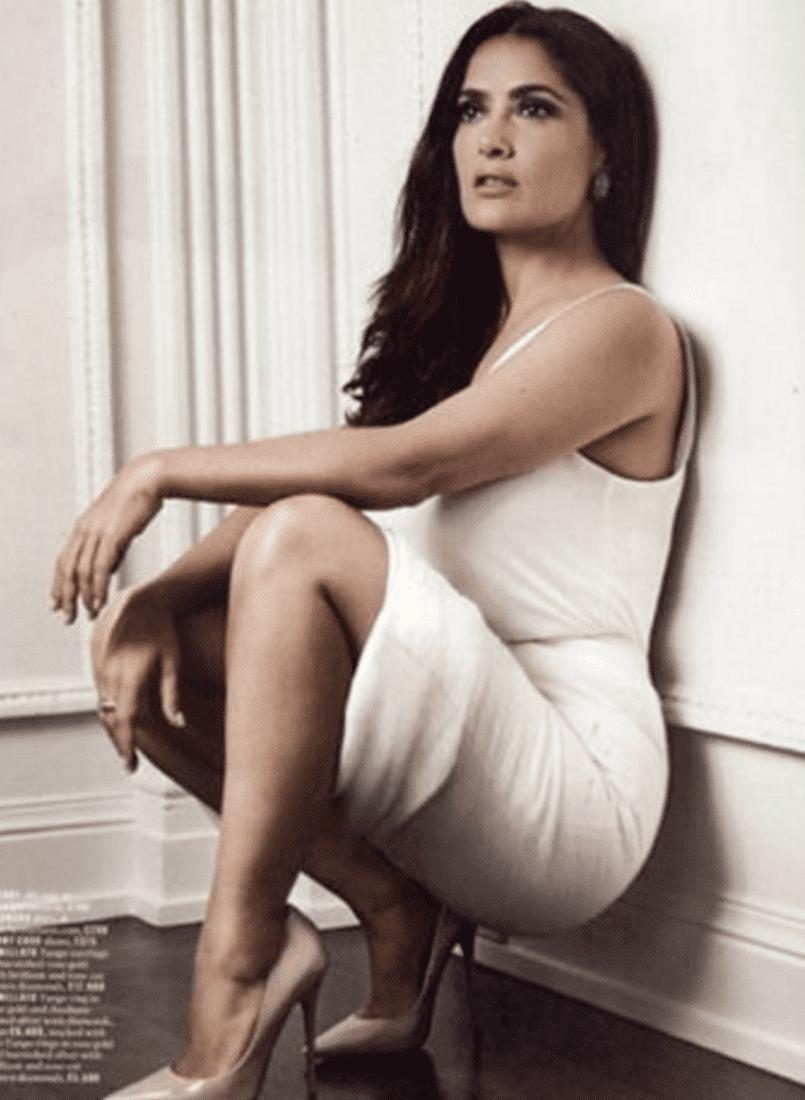 сальма хайек черно белое фото в белом платье туфлях на каблуках вприсядку сидит у стены