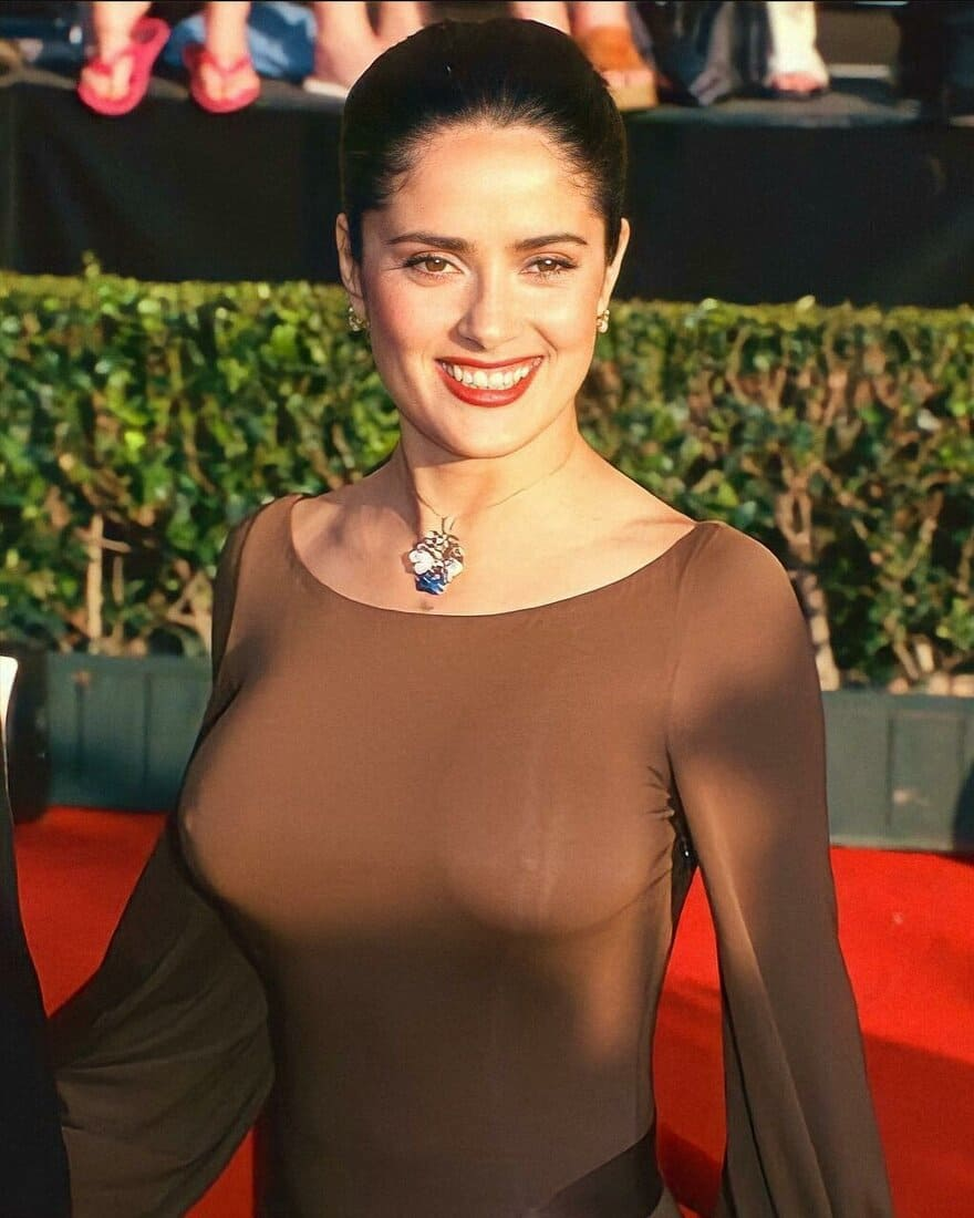 сальма хайек горячие фото в обтягивающем прозрачном платье без лифчика бюст